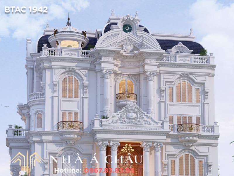 Hệ thống cột trụ vững chắc cùng chi tiết hoa văn tinh xảo biểu trưng cho kiến trúc Pháp lãng mạn, cao quý